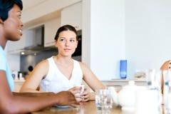 Счастливые друзья говоря и выпивая кофе и чай Стоковые Фотографии RF