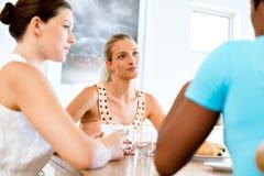 Счастливые друзья говоря и выпивая кофе и чай Стоковое Фото