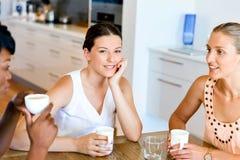 Счастливые друзья говоря и выпивая кофе и чай Стоковое фото RF