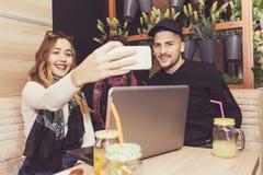 Счастливые друзья делая selfie Стоковая Фотография RF
