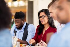 Счастливые друзья есть на ресторане Стоковые Изображения RF