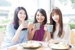 Счастливые друзья женщины в ресторане Стоковые Фото