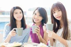 Счастливые друзья женщины в ресторане Стоковое Изображение RF