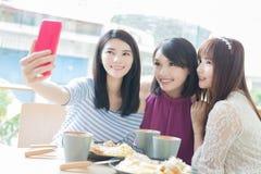 Счастливые друзья женщины в ресторане Стоковое фото RF