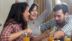 Счастливые друзья имея потеху среди confetti партии видеоматериал