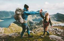 Счастливые друзья пар давая 5 рук на верхней части горы стоковое изображение rf