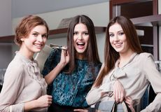 Счастливые друзья после ходить по магазинам Стоковые Изображения RF