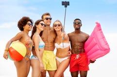 Счастливые друзья принимая selfie на пляже лета стоковые изображения rf