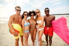 Счастливые друзья принимая selfie на пляже лета стоковые фотографии rf