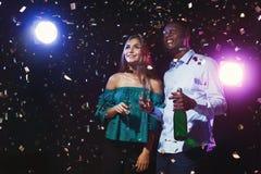 Счастливые друзья с каннелюрами шампанского на ночном клубе party Стоковые Изображения