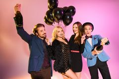 Счастливые друзья с шампанским и воздушными шарами Стоковые Изображения RF