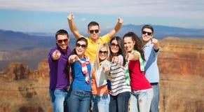 Счастливые друзья указывая на вас над гранд-каньоном Стоковое Изображение