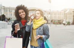 Счастливые женские друзья с хозяйственными сумками outdoors Стоковые Изображения