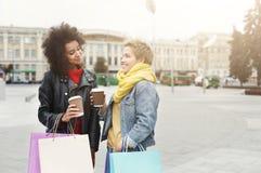 Счастливые женские друзья с хозяйственными сумками outdoors Стоковая Фотография RF
