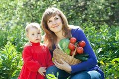 Счастливые женщина и младенец с хлебоуборкой овощей Стоковые Изображения