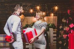 Счастливые женщина и человек дают подарки рождества друг к другу Прекрасные счастливые пары t Hapiness стоковое фото rf