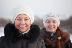 счастливые женщины зимы парка Стоковые Фотографии RF