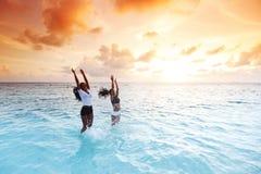 Счастливые женщины играя в воде Стоковые Изображения RF