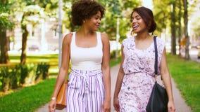 Счастливые женщины или друзья идя вдоль лета паркуют сток-видео