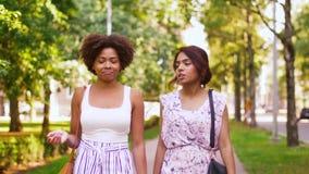 Счастливые женщины или друзья идя вдоль лета паркуют видеоматериал