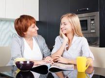 Счастливые женщины на кухне Стоковые Фото