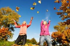 Счастливые женщины на осени outdoors Стоковое фото RF
