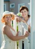 Счастливые женщины приближают к калитке загородки Стоковые Фотографии RF