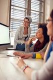 Счастливые женщины работая совместно в офисе Стоковая Фотография