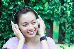 Счастливые женщины слушают к музыке пока работающ стоковая фотография rf