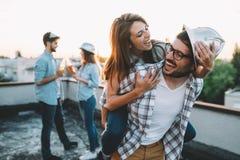 Счастливые жизнерадостные друзья тратя времена потехи совместно Стоковые Фотографии RF