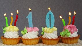 Счастливые 10 именниных пирогов и голубых свечи сток-видео