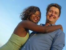 Счастливые и красивые смешанные пары этничности влюбленн в помадка красивой афро американской женщины и жизнерадостного кавказско стоковая фотография