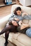 Счастливые и смеясь над сестры в живущей комнате Стоковая Фотография