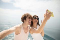 Счастливые кавказские пары принимая selfie путешествуя на каникулах стоковые изображения rf