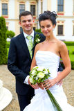 Счастливые как раз пожененные пары - день свадьбы стоковые фото