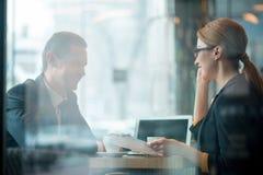 Счастливые коллеги говоря во время работы Стоковое Изображение RF