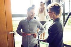 Счастливые коллеги дела в современном офисе Стоковое Фото