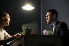 Счастливые коллеги обсуждая успешный бизнес-план в офисе a Стоковые Изображения