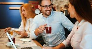Счастливые коллеги от работы общаясь в ресторане Стоковая Фотография RF