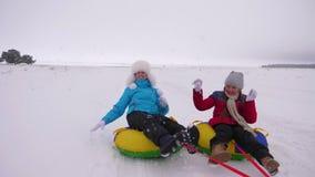 Счастливые коньки мамы детей в зиме в снежных комьях снега и игры Смех мамы и дочери и радоваться семья играя внутри видеоматериал