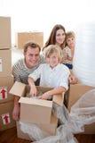 Счастливые коробки упаковки семьи во время удаления Стоковые Изображения RF