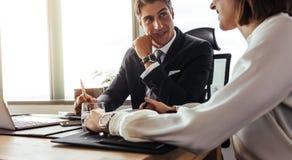 Счастливые корпоративные профессионалы обсуждая над новым проектом Стоковое Фото