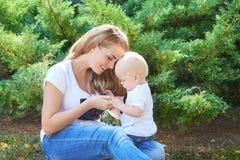 Счастливые красивые мать и дочь или сын младенца Стоковое Фото