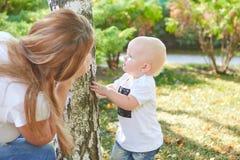 Счастливые красивые мать и дочь или сын младенца Стоковое фото RF