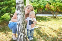 Счастливые красивые мать и дочь или сын младенца Стоковое Изображение RF