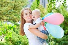 Счастливые красивые мать и дочь или сын младенца Стоковые Изображения
