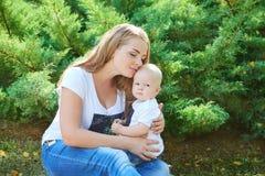 Счастливые красивые мать и дочь или сын младенца Стоковое Изображение