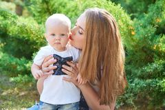 Счастливые красивые мать и дочь или сын младенца Стоковые Фотографии RF