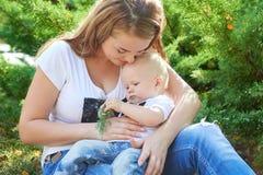 Счастливые красивые мать и дочь или сын младенца Стоковая Фотография