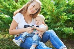 Счастливые красивые мать и дочь или сын младенца Стоковые Фото